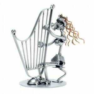 Harfistka kovinska skulptura