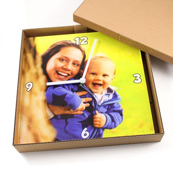 Kvadratna stenska ura v embalaži