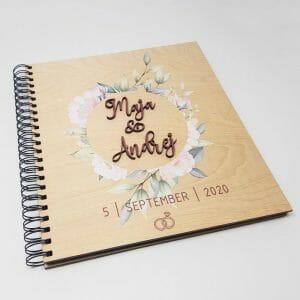 Album za poroko, z imeni in datumom na leseni platnici